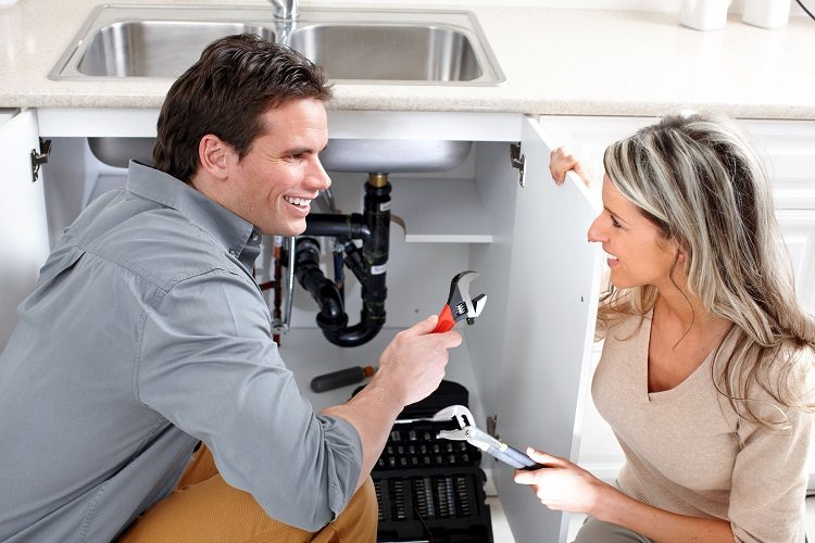 Plumber-With-Customer